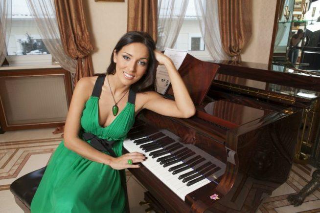 Певица Алсу в своем доме