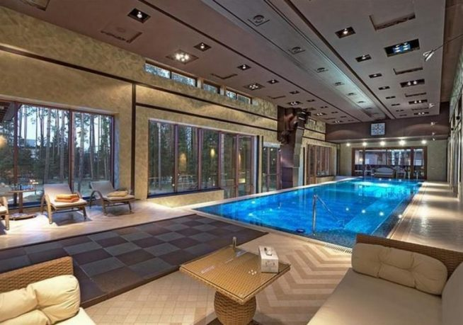 Зал с бассейном в доме Алсу