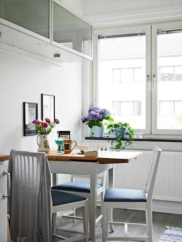 Обеденный стол и стулья у окна на кухне