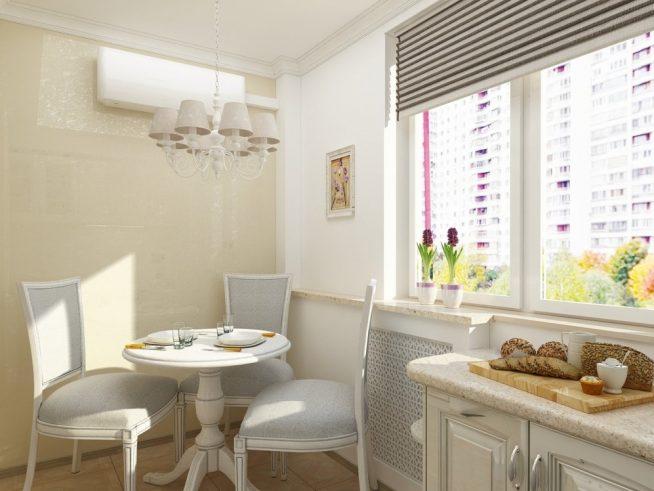 Круглый обеденный стол у окна на кухне