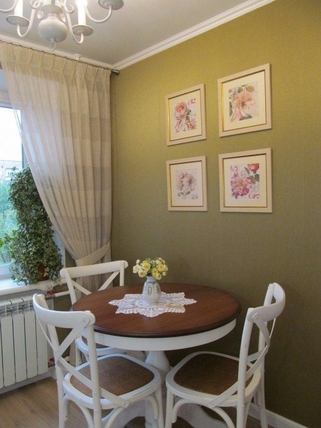 Круглый обеденный стол и стулья у окна