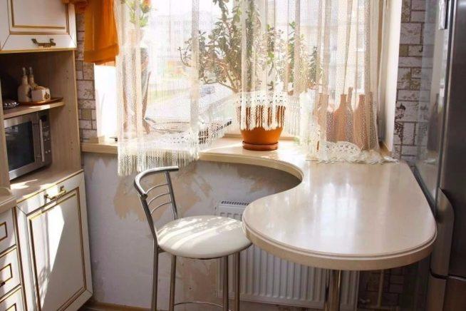 Обеденная зона у окна на кухне
