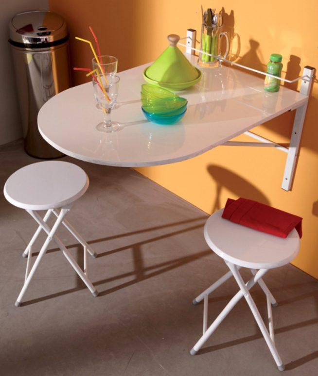 Откидной столик и складные табуретки