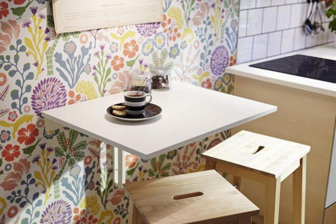 Откидной столик и табуретки
