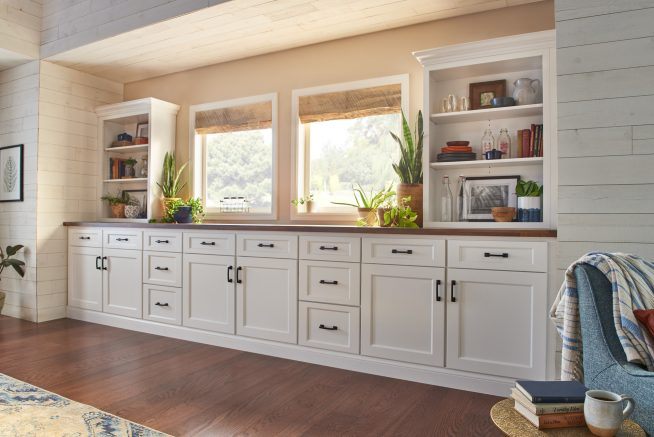Кухонная мебель вдоль стены с окном