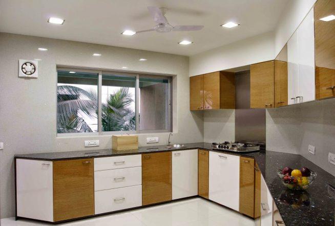 Угловая кухня с большим окном