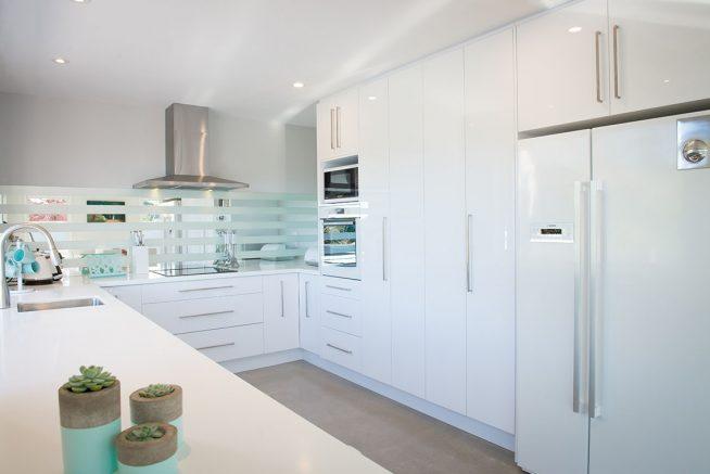 Светлая кухня с глянцеввыми фасадами