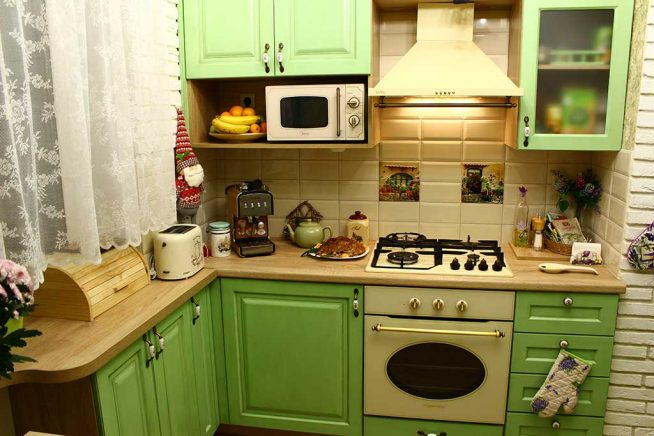 Маленькая кухня зелёного цвета в стиле прованс