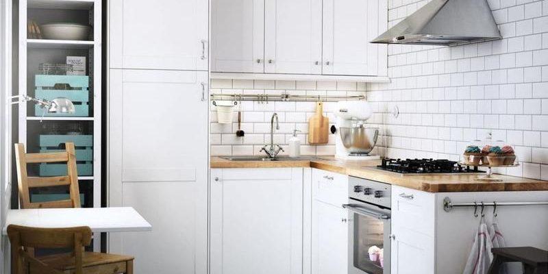 Меленькая кухня в светлых тонах в стиле прованс