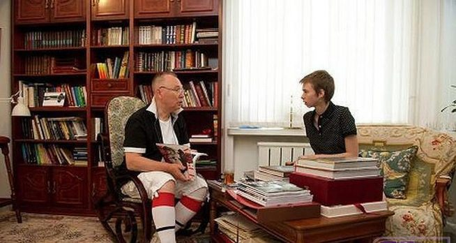 Вячеслав Зайцев с внучкой Марусей в своём доме