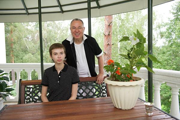 Вячеслав Зайцев с внучкой Марусей