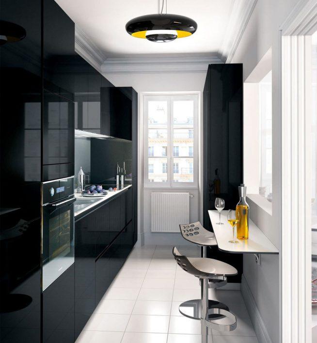 Интерьер узкой кухни в чёрно-белых тонах