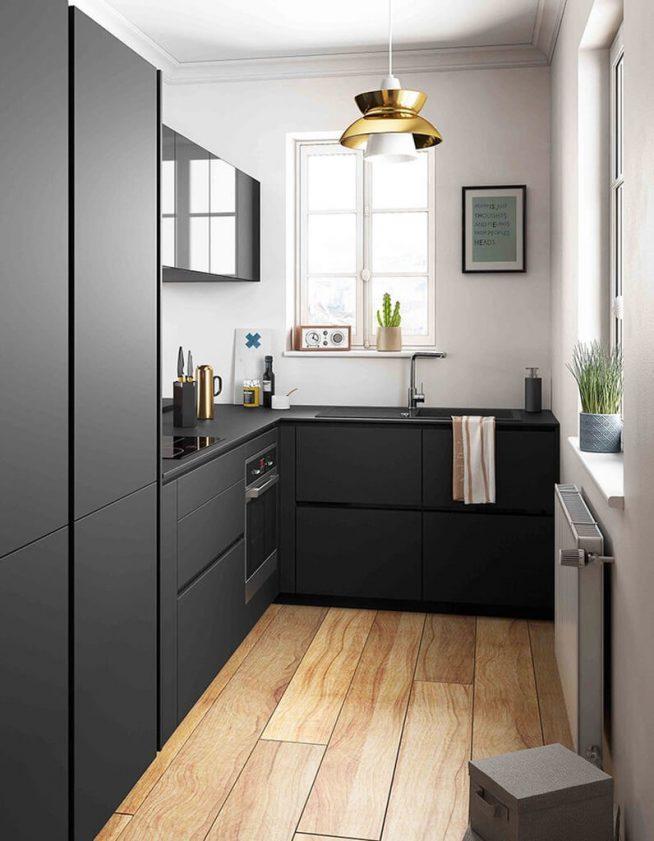 Дизайн узкой кухни с гарнитуром чёрного цвета
