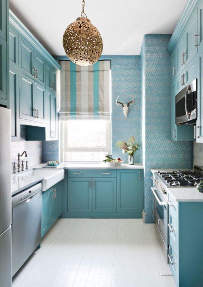 Интерьер узкой кухни в бирюзово-голубых тонах