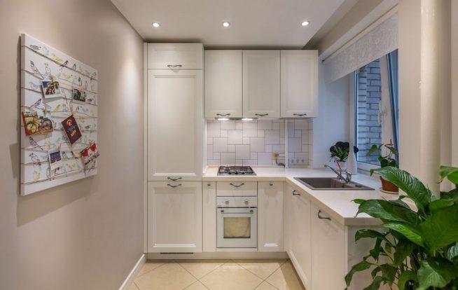 Интерьер маленькой кухни в светлых тонах