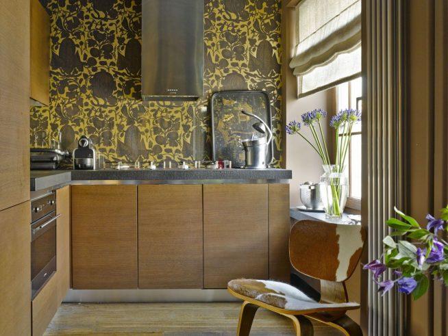 Дизайн кухни с коричнево-желтыми обоями