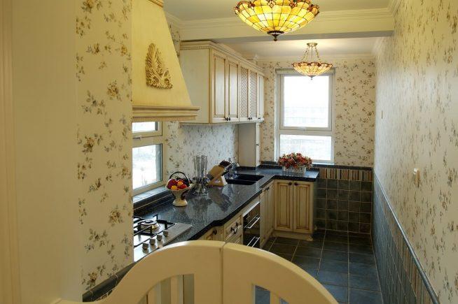 Интерьер маленькой кухни с обоями с цветочным рисунком