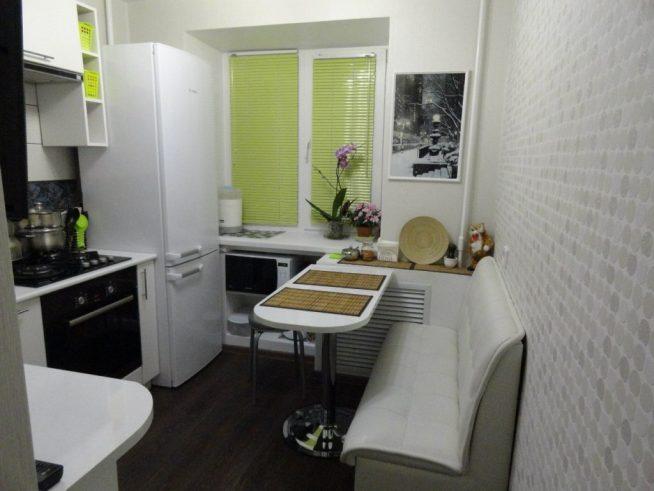 Небольшая кухня с серо-белыми обоями