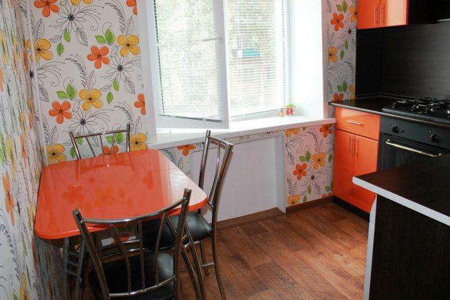 Маленькая кухня с яркими обоями