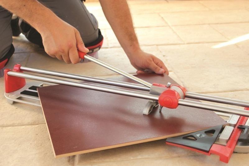 С помощью плиткореза можно легко и быстро резать плитку.