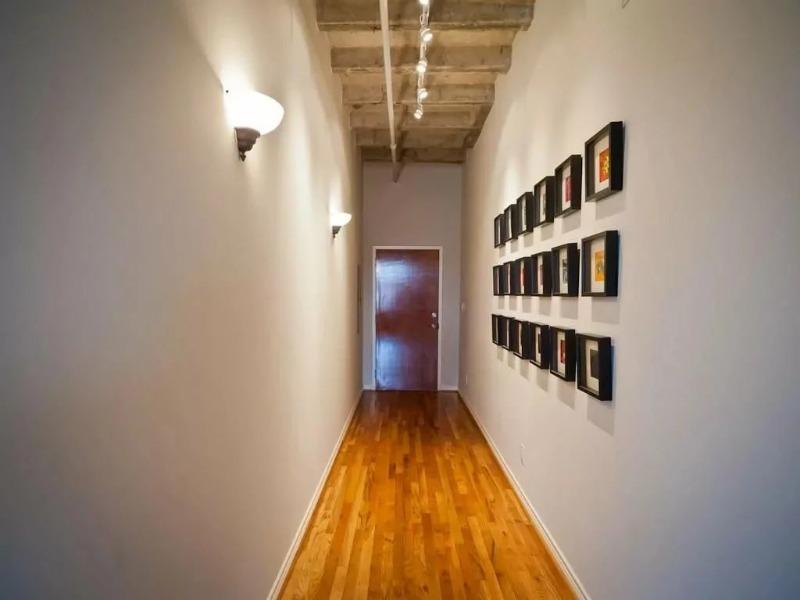Как оформить узкий коридор, чтобы он казался больше