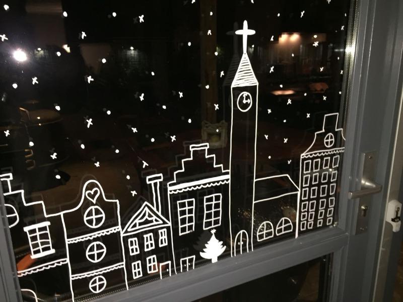 Как необычно украсить окна к Новому году