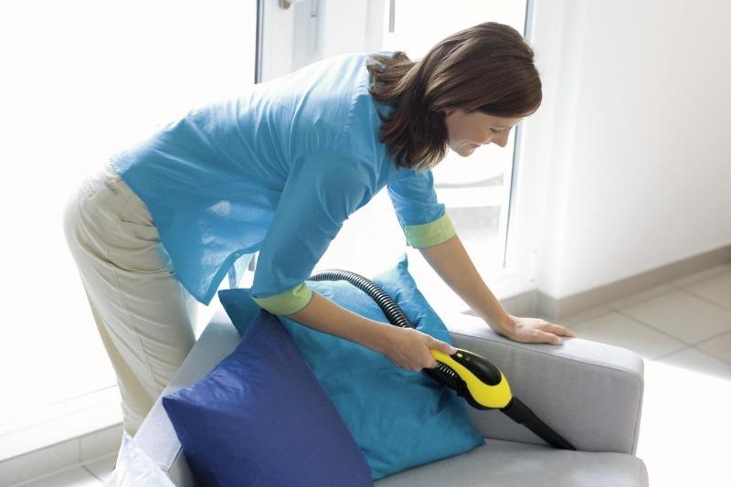 5 трюков в уборке, как убрать пыль из труднодоступных мест и следы на ковре