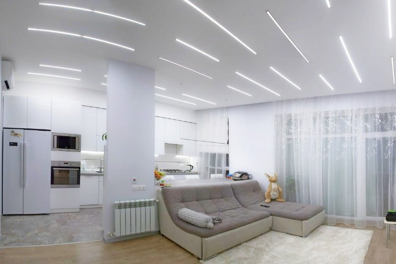 8 дизайнерских приемов, которые помогут визуально приподнять потолок