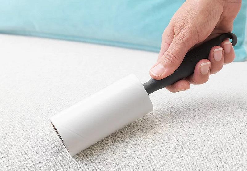 5 вещей, с помощью которых можно легко почистить ковер или диван от шерсти